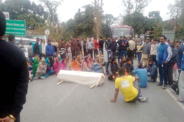 युवती मर्डर केस : लोगों ने सड़क के बीच शव रखकर किया प्रदर्शन, आरोपी को मांगी सख्त सजा