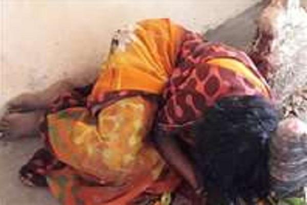 मन्नत पूरी करने के लिए विवाहिता ने जीभ काटकर चढ़ाई शिवलिंग पर