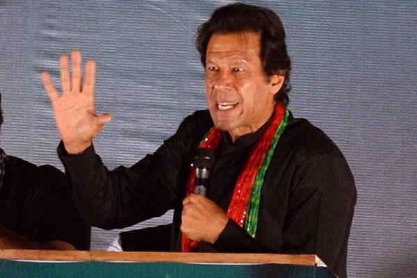 पाकिस्तान में रैली के दौरान इमरान खान पर फेंका गया जूता, देखें वीडियों