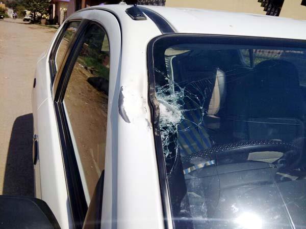परीक्षा अधीक्षक पर नकाबपोशों ने किया हमला, पथराव कर तोड़ी गाड़ी
