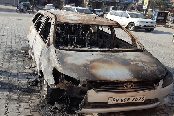 फिरौती की रकम न देने पर नगर कौंसिल अध्यक्ष की गाड़ी को लगाई आग,दहशत का माहौल