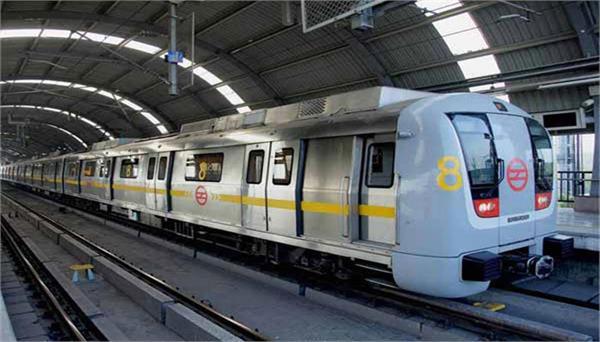 दिल्ली मेट्रो पर नशे में धुत युवती को CISF ने सुरक्षित पहुंचाया घर