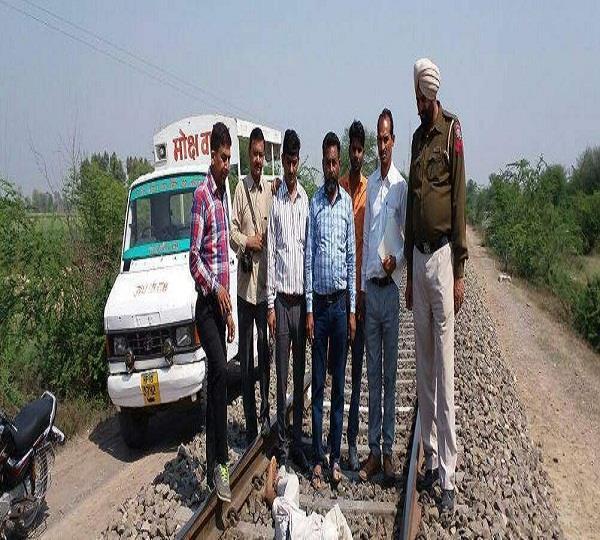 अज्ञात व्यक्ति ने रेलगाड़ी के आगे आकर की आत्महत्या