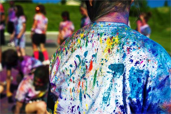 पसंदीदा कपड़ों में लग गया है होली का रंग तो इन तरीकों से करें साफ