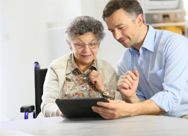 अपने बड़े-बूढ़ों को इस तरह सिखाएं इंटरनेट का इस्तेमाल