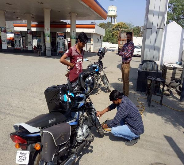 MDG नियमों की खिल्ली उड़ा रहे पैट्रोल पम्प कर्मी