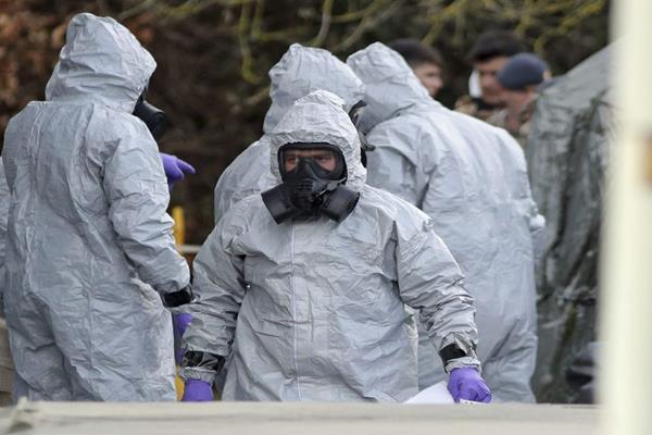 जासूस पर हमले के बाद ब्रिटेन में लोगों से कपड़े धोने का किया आग्रह
