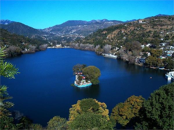 अगर आपको भी है पहाड़ों और झीलों से प्यार तो घूमने के लिए जाएं यहां
