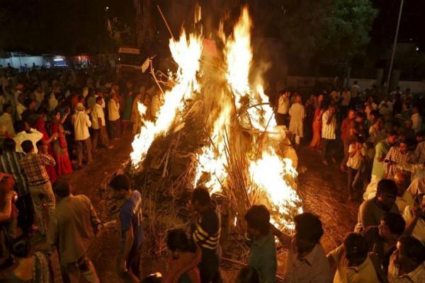होलिका दहन की रात राशि के अनुसार अग्नि में दें अाहुति, संकटों को होगा नाश