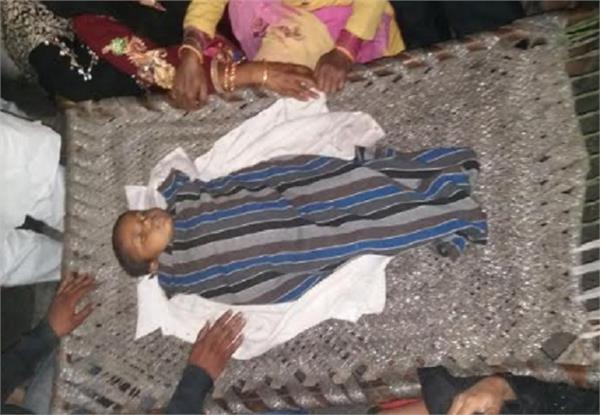 8 वर्षीय बच्चे की नाले में गिरने से मौत, लोगों ने लगाया सड़क पर जाम