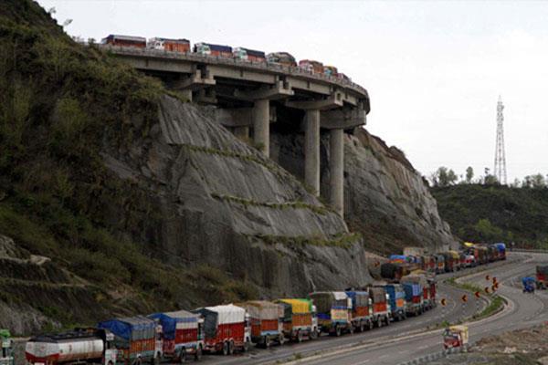 कश्मीर राजमार्ग पर एकतरफा यातायात शुरु