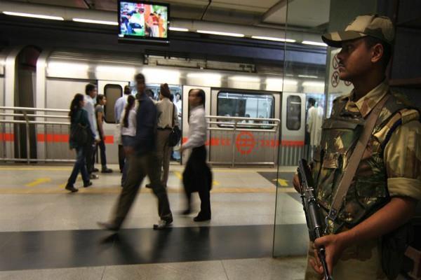नशे में धुत होकर मेट्रो स्टेशन पहुंची महिला, CISF ने खुद अपनी गाड़ी से पति तक पहुंचाया
