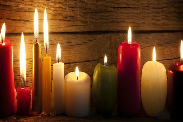 घर में जलाकर रखें इस रंग की Candle, प्यार से लेकर व्यापार तक मिलेगी सफलता