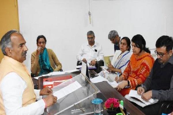 शिक्षा मंत्री ने अधिकारियों के साथ की बैठक, कहा- महिला और युवक दलों को बनाएंगे अात्मनिर्भर