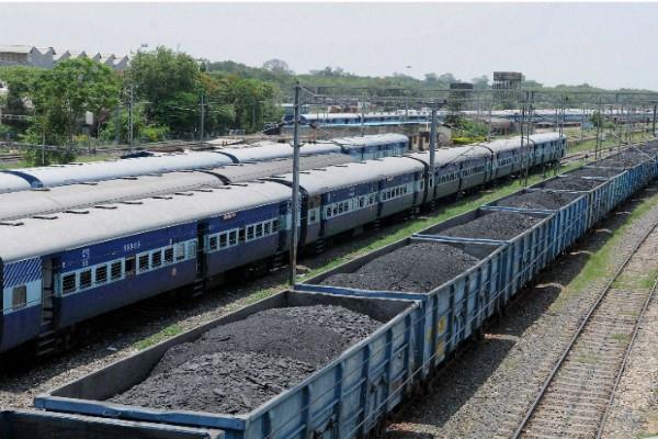 गोयल ने रेलवे से कहा, बिजली घरों को कोयला आपूर्ति बढ़ाएं