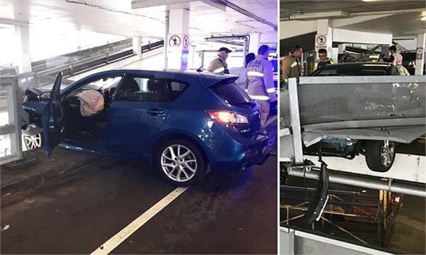 सिडनीः शॉपिंग सैंटर में हादसे का शिकार हुई कार, तीसरी मंजिल पर लटकी