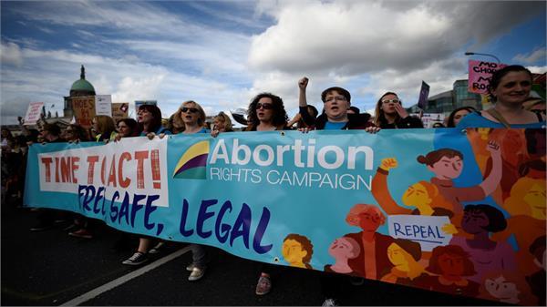 आयरलैंड: गर्भपात कानून हटाने के खिलाफ निकाली रैली, 1 लाख लोग हुए शामिल