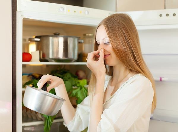 किचन की बदबू को फटाफट भगाने के लिए अपनाएं ये घरेलू नुस्खे