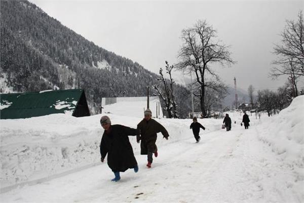 कश्मीर के सोनमर्ग और जोजिला पास में ताजा हिमपात