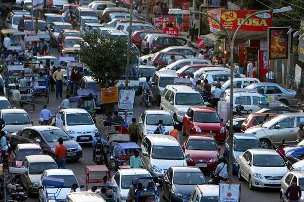 दिल्ली में पहली बार बनेगी पार्किंग नीति, भीड़भाड़ वाली चुनिंदा सड़कों पर लगेगा 'कंजेशन चार्ज'