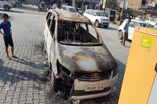 फिरौती की रकम न देने पर नगर कौंसिल अध्यक्ष की गाड़ी को लगाई आग, दहशत
