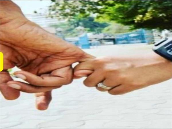 girlfriend refuses to marriage burns five lakhs
