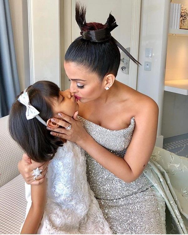 ऐश्वर्या ने बेटी को किस करते अपलोड की फोटो, यूजर्स ने किए एेसे कमेंट्स