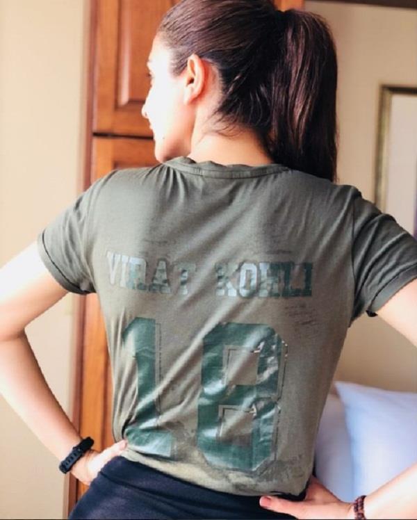 anushka sharma cheers up virat kohli at ipl