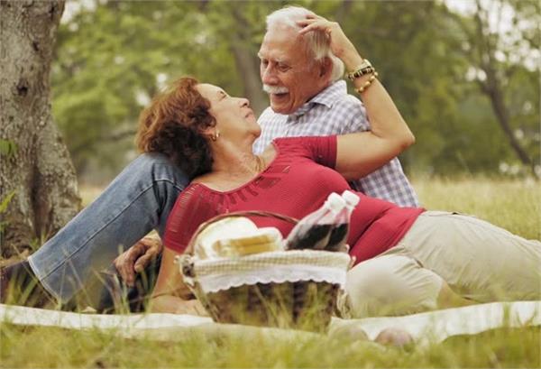 शादी के कई सालों बाद भी पार्टनर से ऐसे करें प्यार का इजहार