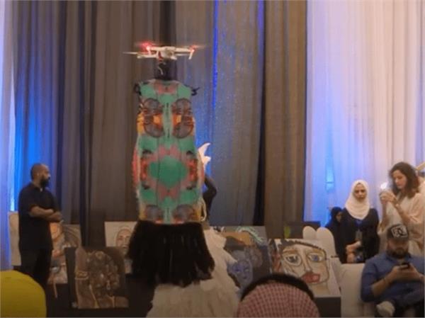 सऊदी अरबः मॉडल्स की जगह ड्रोन ने लगाया फैशन का तड़़का