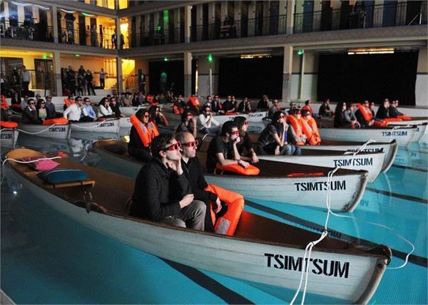 Wonderful Theater! कहीं बाथटब तो कहीं नाव में बैठाकर दिखाई जाती हैं फिल्म