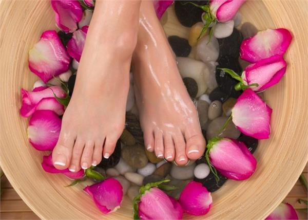 पैरों की खूबसूरती बनाएं रखने के लिए रोजाना इन तरीकों से करें केयर