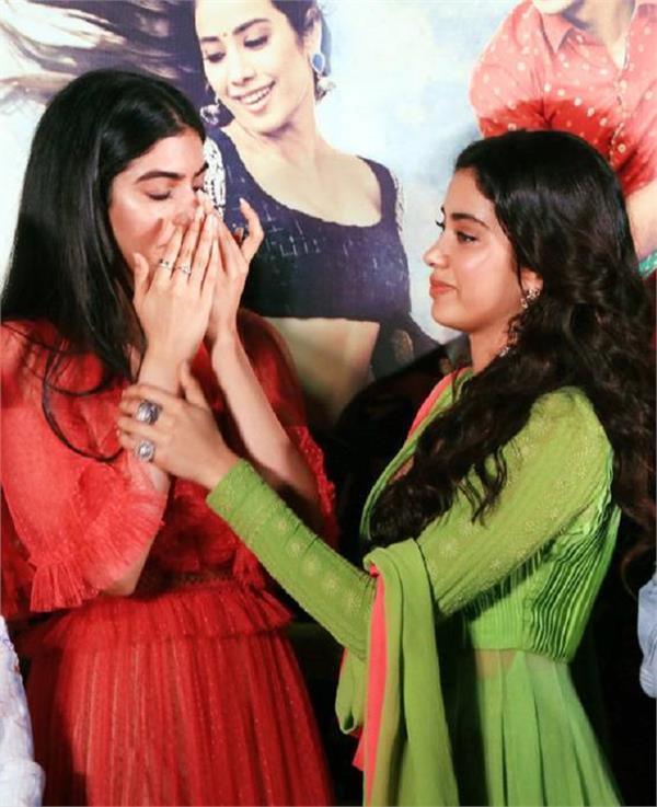 फिल्म 'धड़क' के ट्रेलर लॉन्च पर भावुक हुई खुशी और बहन को लगाया गले