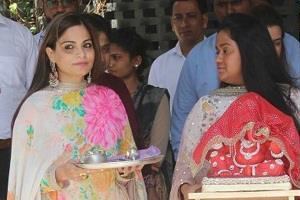 arpita and alvira welcomed ganpati bappa
