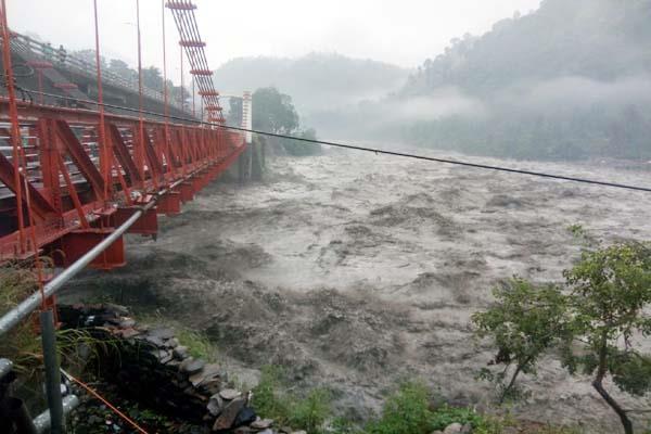 चम्बा में भारी बारिश का कहर, कई घरों व सड़कों को पहुंचा नुक्सान
