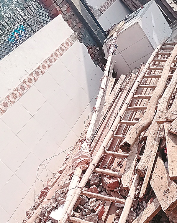 PunjabKesari, 6 people scorched due to loud explosion, one dead