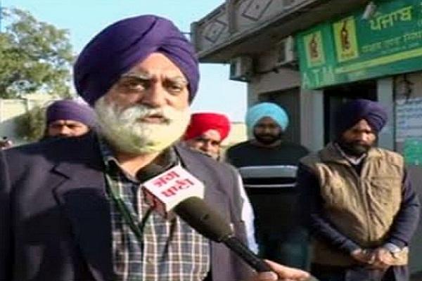 PunjabKesari, robbery in bank by taking guard at gun point