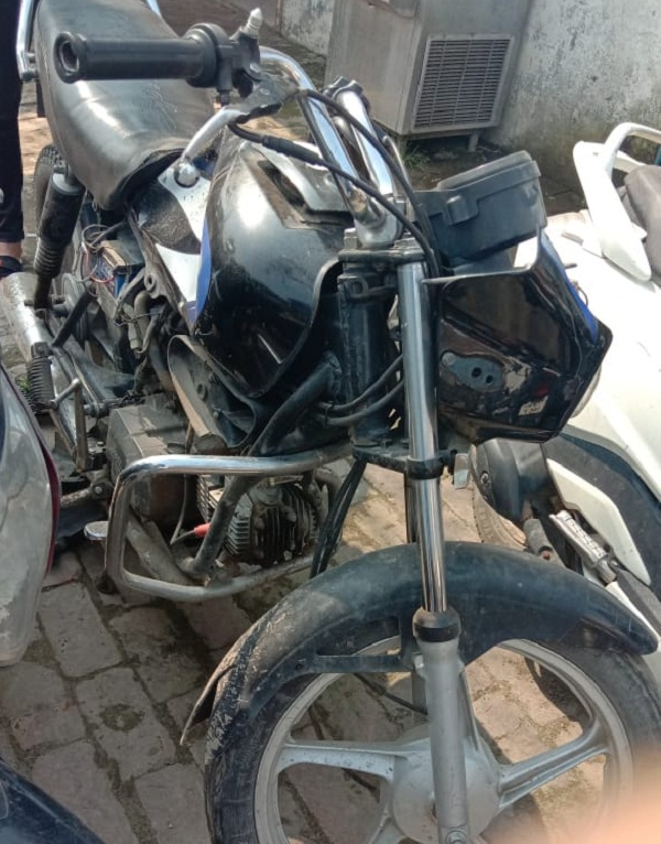 PunjabKesari, Swift car hit bike, husband and wife died, children injured