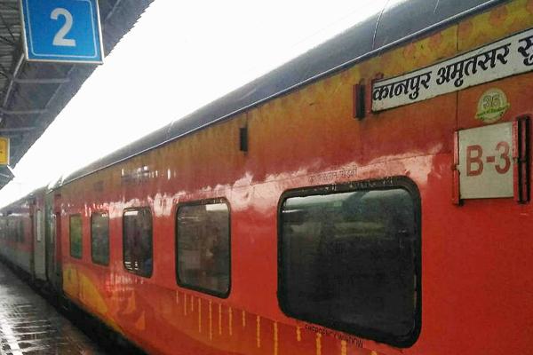 PunjabKesari, Elderly woman died by train hit due to foot slipping