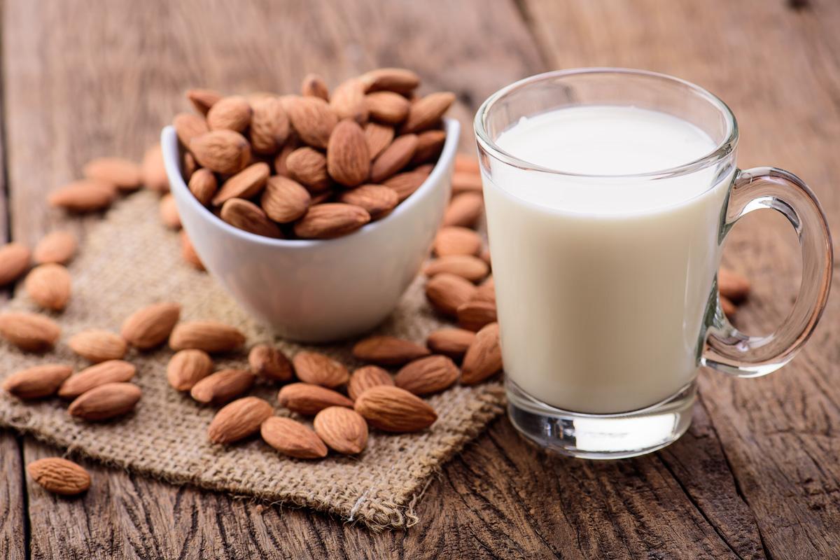 PunjabKesari, Nari, Almonds Milk Benifits, Almonds Milk Image