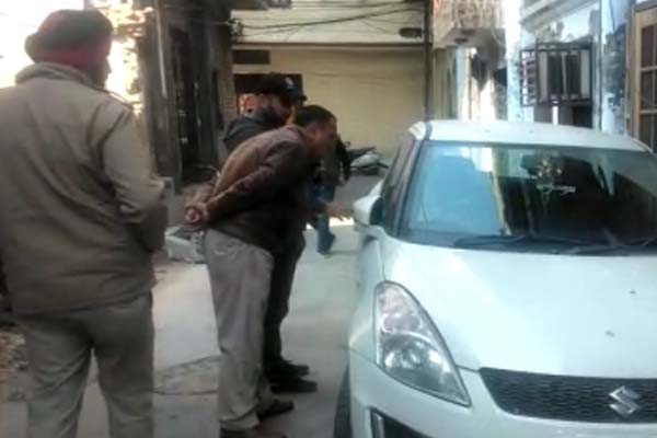 PunjabKesari, attempted to steal car, police check cameras footage