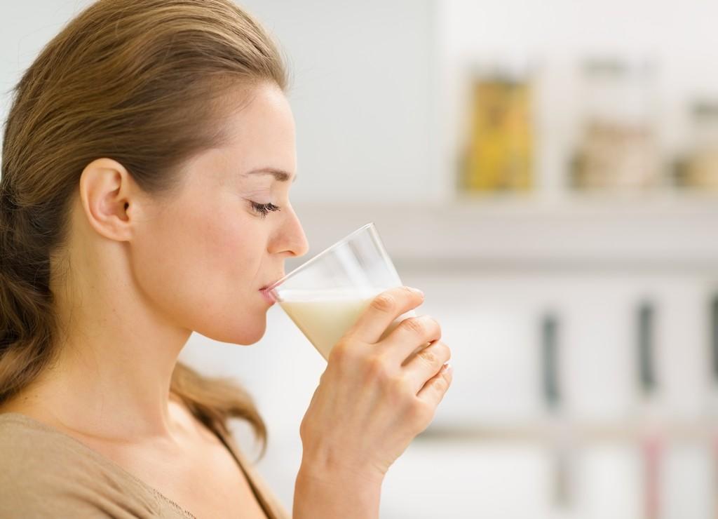 PunjabKesari, Nari, Almonds Milk Benifits, Drinking Milk Image