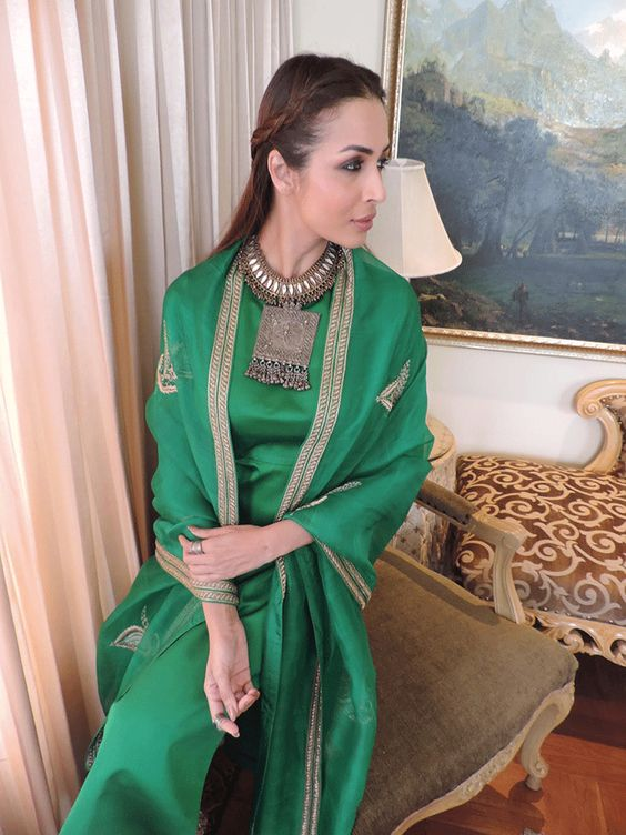 PunjabKesari, एमरल्ड ग्रीन ड्रेस इमेज