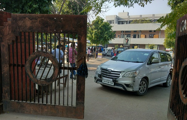 PunjabKesari, Lali's car kept forcibly by closing main gate