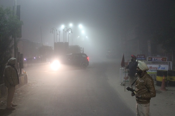 PunjabKesari, colder winds forced people to stay in homes or offices