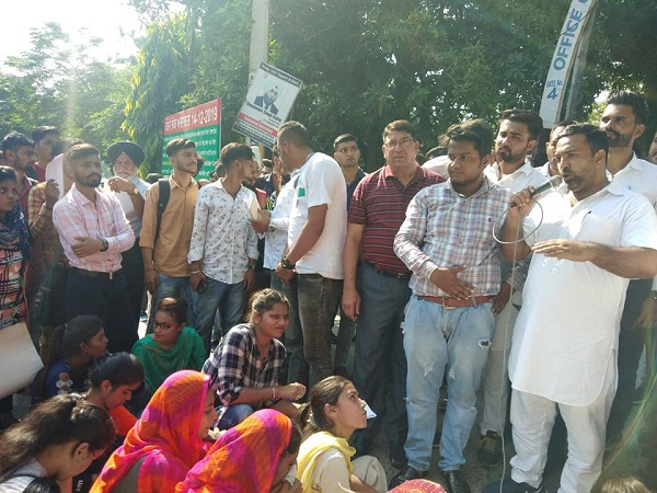PunjabKesari,Outside D.C. office, students demonstrated against BJP and Congress
