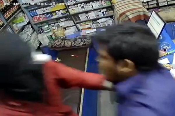 PunjabKesari, Youths opened fire on medical shop owner