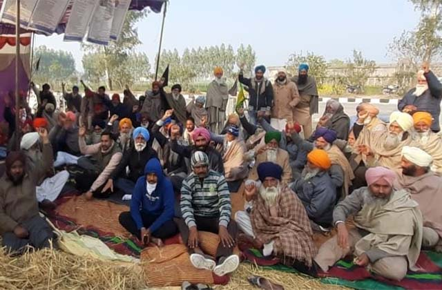 PunjabKesari, Farmers held hostages to the company's employees