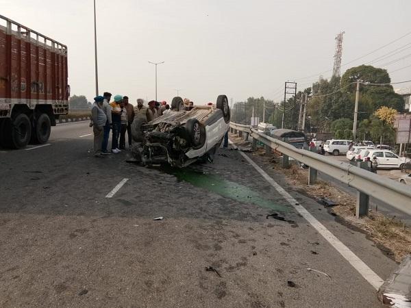 PunjabKesari, car overturned on road flyover