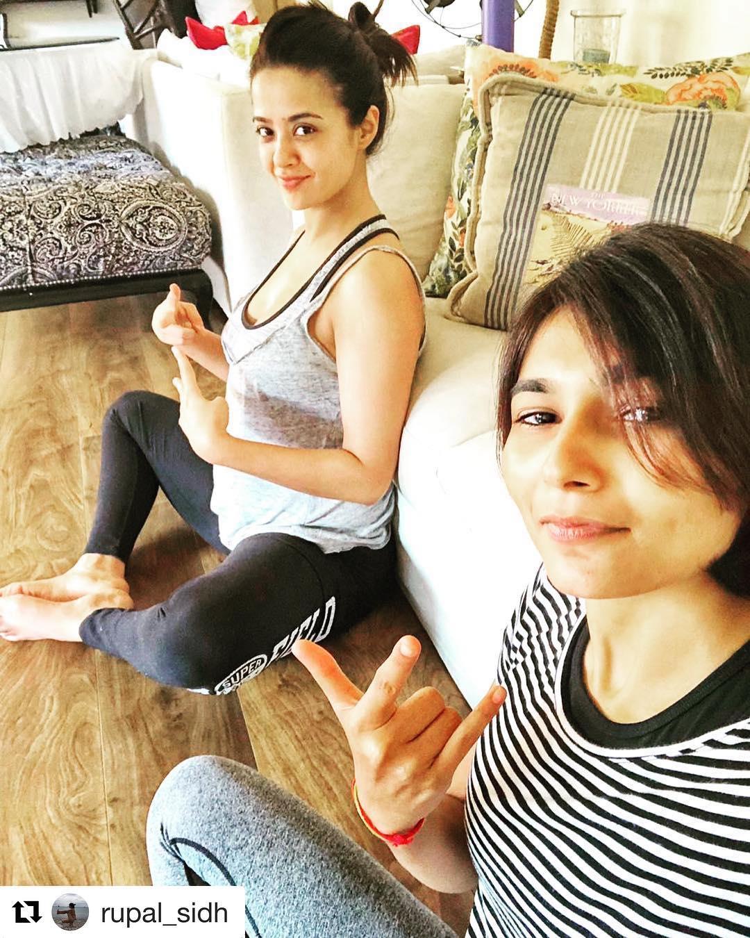 Bollywood Tadka,सुरवीन चावला इमेज, बेबी बंप फ्लाॅन्ट इमेज, अक्षय ठक्कर इमेज